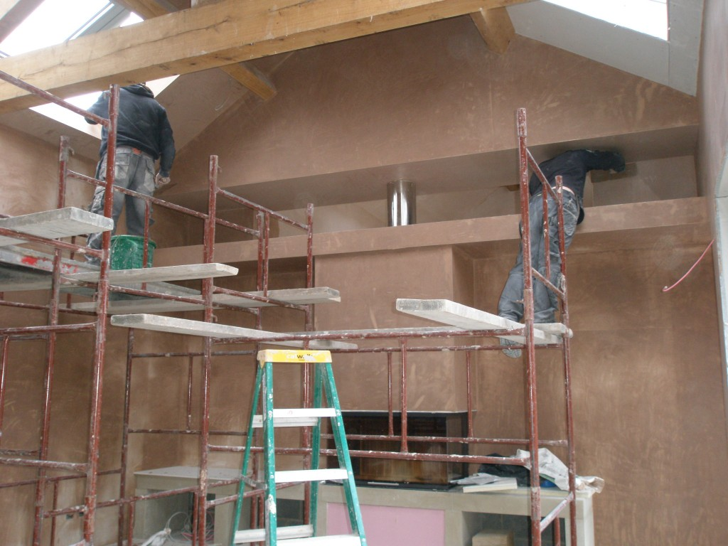 With the aid of copious amounts of Lucozade and coffee (with milk and 2 sugars), the plasterers have managed to plaster all of the lounge (including the ceilings) in just two days.  The days have been long, but their work has been outstanding!
